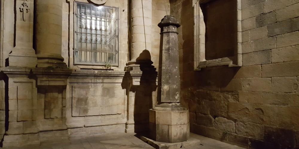 ¿Conoces la leyenda del misterioso peregrino que pasea de noche por la Plaza de Quintana?
